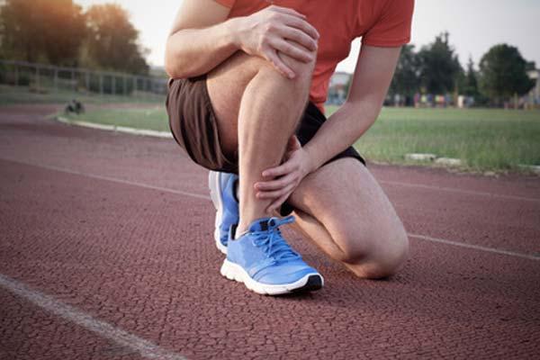 Es improcedente despedir a un trabajador por participar en una carrera estando de baja por un esguince de tobillo